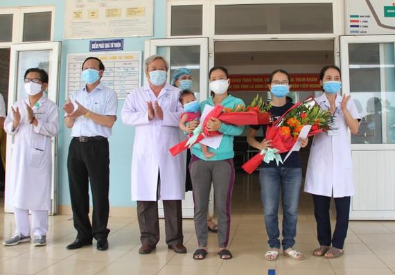 Ông Đỗ Văn Hùng, Giám đốc Sở Y tế tỉnh Quảng Trị trao giấy xác nhận hoàn thành thời gian cách ly y tế phòng chống dịch Covid-19 cho 2 bệnh nhân
