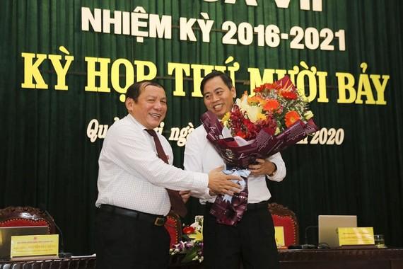 Ông Nguyễn Đăng Quang (phía phải) được bầu làm Chủ tịch Hội đồng Nhân dân tỉnh Quảng Trị