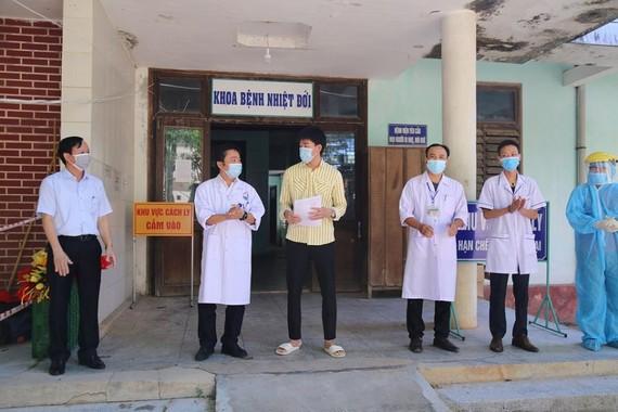 Sở Y tế Quảng Trị trao giấy xác nhận hoàn thành thời gian cách ly y tế trong điều trị Covid-19 với bệnh nhân số 750.