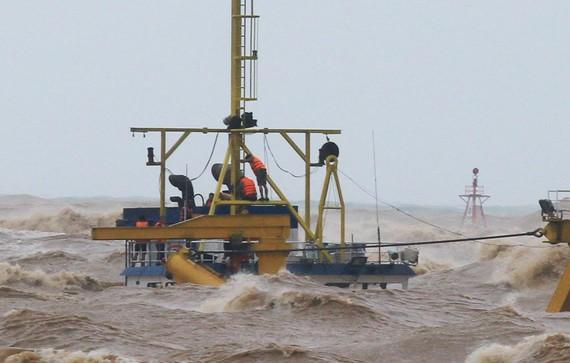 Các thuyền viên phải bám trụ ở khu vực ống khói của tàu Vietship 01 chìm ở khu vực biển cảng Cửa Việt