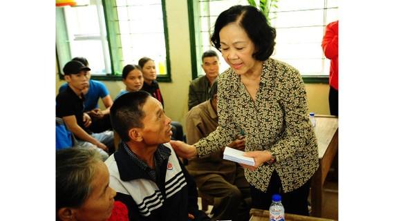 Trưởng Ban Dân vận Trung ương Trương Thị Mai thăm hỏi, tặng quà cho người dân bị thiệt hại nặng nề do bão lũ tại tỉnh Quảng Trị