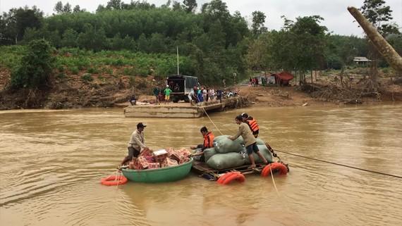 Dùng dây cáp và bè tạm vượt sông dữ