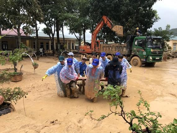 Chung tay hỗ trợ người dân khắc phục hậu quả sau mưa lũ, sớm ổn định cuộc sống.