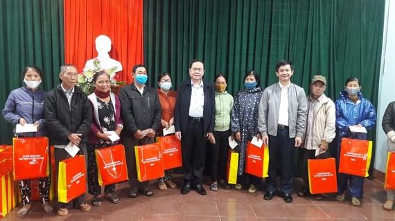 Đồng chí Trần Thanh Mẫn trao quà tặng cho các hộ khó khăn