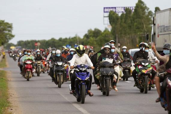 Hàng nghìn người từ TPHCM và các tỉnh phía Nam tiếp tục đi xe máy về quê tránh dịch