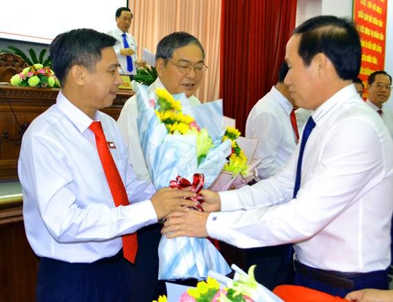 Ông Lê Tiến Châu, Bí thư Tỉnh ủy Hậu Giang (bìa phải), tặng hoa chúc mừng ông Đồng Văn Thanh (bìa trái)