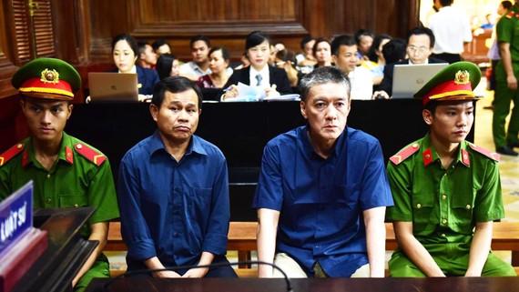 Bị cáo Hoàng Hữu Châu (phải) và Thanh Minh Hùng bị xét xử về tội Lừa đảo chiếm đoạt tài sản. Ảnh: MAI HOA