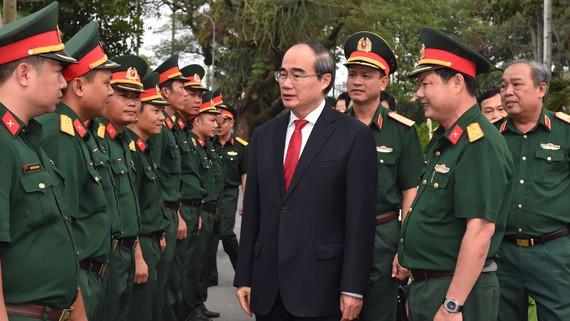 Bí thư Thành ủy TPHCM Nguyễn Thiện Nhân thăm hỏi cán bộ Trung đoàn Gia Định. Ảnh: VIỆT DŨNG