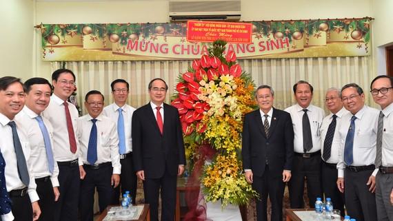 Bí thư Thành ủy TPHCM Nguyễn Thiện Nhân tặng hoa chúc mừng Tổng Liên Hội thánh Tin lành Việt Nam (Miền Nam) nhân dịp Giáng Sinh. Ảnh: VIỆT DŨNG