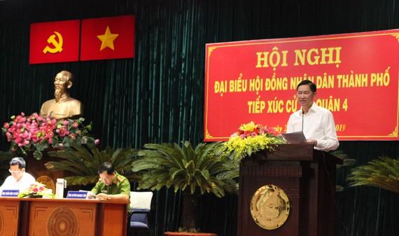 Đại biểu Trần Vĩnh Tuyến - Phó Chủ tịch UBND TPHCM thay mặt tổ đại biểu trao đổi các vấn đề cử tri quan tâm. Ảnh: MAI HOA