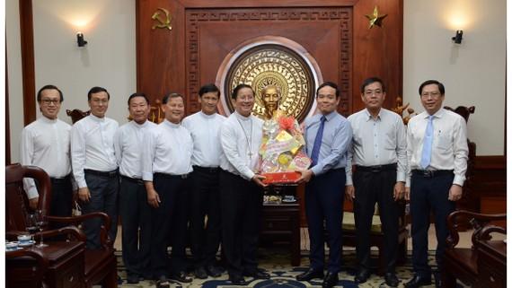 Đại diện giáo phận Phú Cường tới thăm và chúc tết lãnh đạo TPHCM. Ảnh: M.HOA