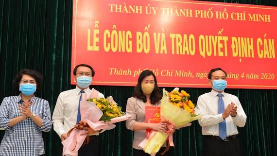 Phó Bí thư Thường trực Thành ủy TPHCM Trần Lưu Quang và Chủ tịch MTTQVN-TPHCM Tô Thị Bích Châu chúc mừng đồng chí Lâm Đình Thắng và đồng chí Triệu Lệ Khánh. Ảnh: VIỆT DŨNG