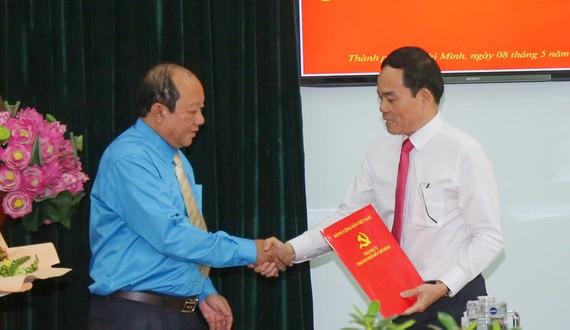 Đồng chí Trần Lưu Quang trao quyết định cho đồng chí Trần Thanh Trà. Ảnh: DŨNG PHƯƠNG