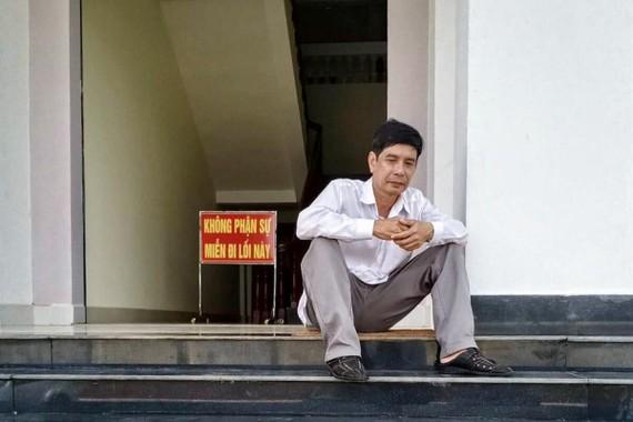 Ông Lương Hữu Phước ngồi trước TAND tỉnh Bình Phước