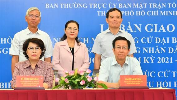 Các đồng chí lãnh đạo TPHCM chứng kiến lễ bàn giao hồ sơ và danh sách người ứng cử ĐBQH và ĐB HĐND TPHCM. Ảnh: VIỆT DŨNG