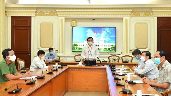 Chánh văn phòng UBNDTPHCM Hà Phước Thắng chủ trì họp báo. Ảnh: VIỆT DŨNG
