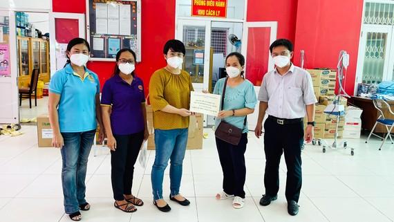 Bí thư Quận ủy quận 5 Nguyễn Mạnh Cường và Quyền Chủ tịch UBND quận 5 Trương Minh Kiều tặng quà tại khu cách ly Trường Trung học thực hành Sài Gòn