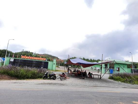 Người dân thôn Nam Xuân Sơn tiếp tục giăng dây, dựng rạp trước cổng Nhà máy xử lý rác thải Phú Hà
