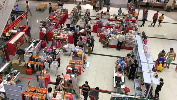 Một khu bán thời trang, túi xách của doanh nghiệp Việt ở trung tâm mua sắm Nhật Bản tại Việt Nam. Ảnh: CAO THĂNG