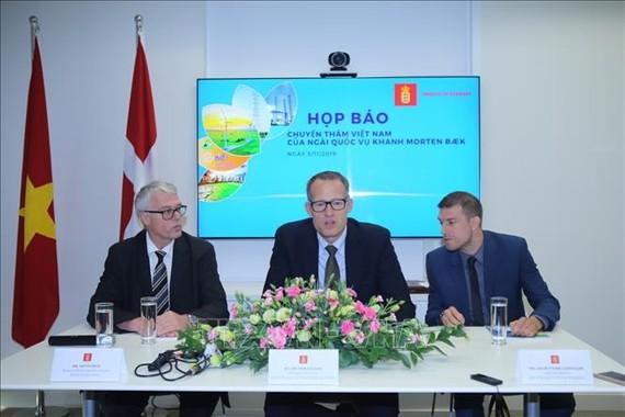 Quốc vụ khanh Bộ Năng lượng, Hạ tầng kỹ thuật và Khí hậu Đan Mạch, ngài Morten Bak phát biểu tại buổi họp báo. Ảnh: TTXVN