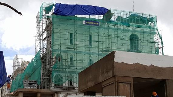 Công trình đang thi công trong khuôn viên khách sạn Dalat Palace. Ảnh: ĐOÀN KIÊN