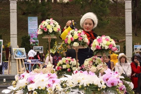 Một tác phẩm hoa thực hiện từ hoa hồng và lan hồ điệp