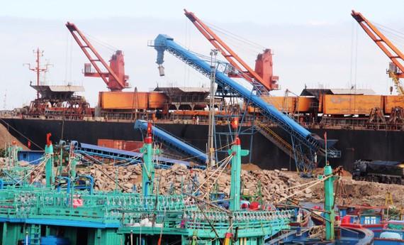 Nhiều khối đât, đá, xà bần mới có cũ có được DN đổ xuống nhằm lấn cảng cá để mở rộng bãi hàng