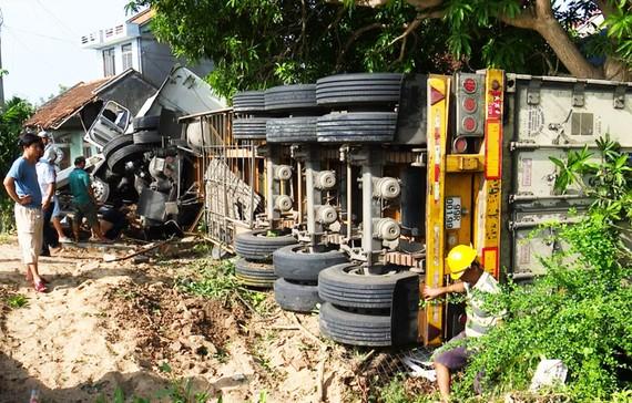 Xe đầu kéo tông sập nhà, cả gia đình đang ngủ bị thương nặng