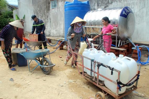 Cảnh sát chữa cháy tham gia cứu hạn cho hàng ngàn hộ dân