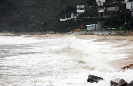 Biển động trước khi bão số 5 đổ bộ vào bờ.