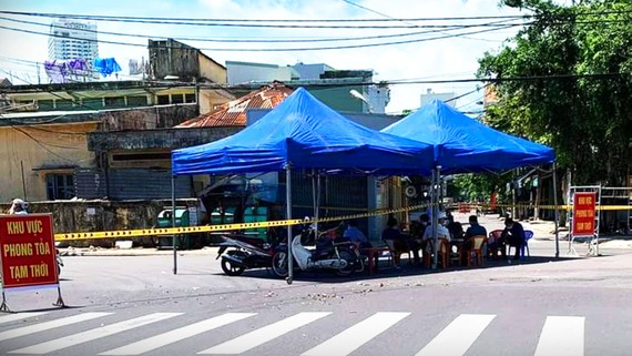 Lực lượng chức năng phong tỏa tạm thời khu vực xảy ra ổ dịch phường Hải Cảng