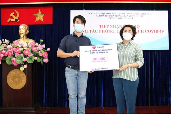 Chủ tịch Ủy ban MTTQ Việt Nam TPHCM Tô Thị Bích Châu tiếp nhận đóng góp từ Lazada Việt Nam