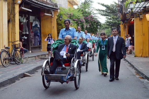 Các Bộ trưởng APEC tham quan phố cổ Hội An