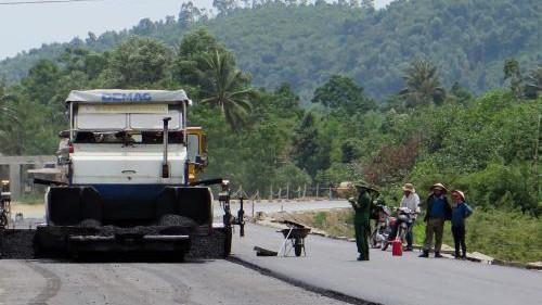 Thứ trưởng Bộ GTVT Lê Đình Thọ đề nghị Ban quản lý đường Hồ Chí Minh phối hợp với thành phố Đà Nẵng đẩy nhanh tiến độ thi công đường Hồ Chí Minh đoạn La Sơn - Túy Loan. Ảnh: TTXVN