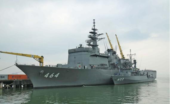 Hai tàu quét mìn Bungo và Takashima cập cảng Tiên Sa