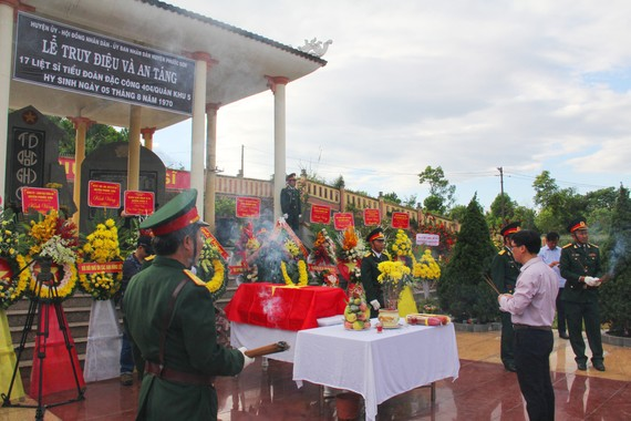 Buổi lễ diễn ra trang nghiêm và đầy cảm động trong nỗi tiếc thương của thân nhân các liệt sĩ và đồng đội
