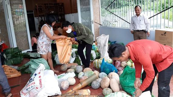 Bà con miền núi phân loại thực phẩm để chuyển hỗ trợ khu cách ly Đà Nẵng