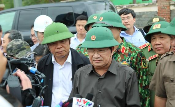 Phó Thủ tướng Trịnh Đình Dũng kiểm tra bờ biển Cửa Đại