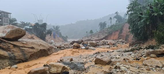 Những nền nhà còn sót lại sau trận lũ quét. Ảnh: NGỌC PHÚC