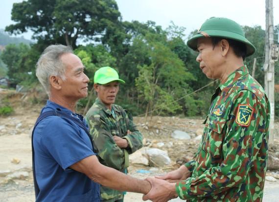 Ông Nguyễn Quảng thăm hỏi người dân xã Phước Thành mất nhà