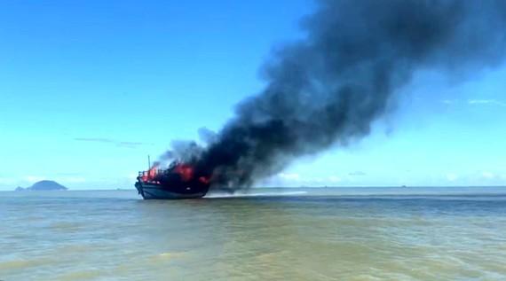 Tàu chở khách đang di chuyển thì bốc cháy