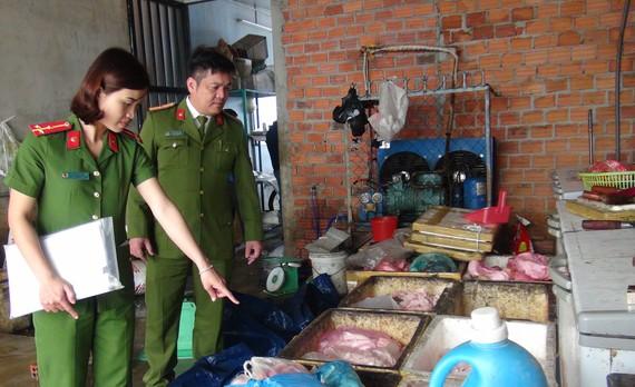 Lực lượng chức năng kiểm tra cơ sở chế biến thực phẩm không đảm bảo vệ sinh an toàn thực phẩm. Ảnh: NGỌC PHÚC