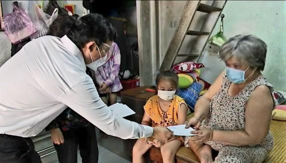 Đại diện lãnh đạo tỉnh Long An trao tiền hỗ trợ người khó khăn do ảnh hưởng dịch Covid-19
