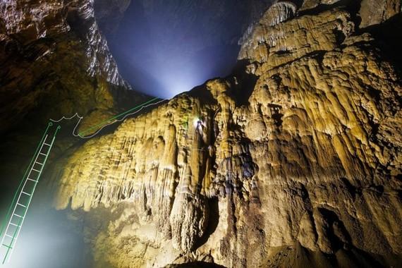 Một đoạn làm thang trong hang Sơn Đoòng không đóng vào nhũ đá để bảo vệ thạch nhũ do chuyên gia hang động Hoàng gia Anh đề xuất
