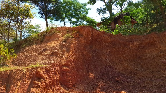 Đinh Văn Minh ngang nhiên đào đất khiến nhà của đồng bào người Khùa rơi vào khu vực nguy hiểm. Ảnh: MINH PHONG