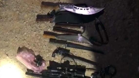 Dao, kiếm, mã tấu, mìn tự chế, đạn chì mà công an huyện Lệ Thủy bắt giữ trên xe Quang