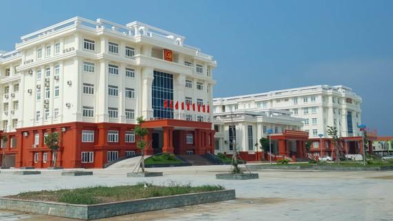 Tòa nhà Thành ủy Đồng Hới 118 tỷ đồng vừa xây đã nứt. Ảnh: MINH PHONG