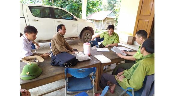 Lực lượng chức năng làm việc tại trại nuôi nhốt động vật rừng trái phép ở bản Nịu