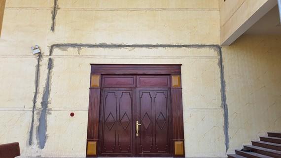 Chi chít vết nứt toác ở nhà hát tỉnh Quảng Bình. Trong ảnh là vết nứt ở cửa hông của tòa nhà.