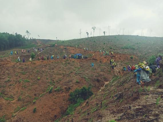 Người dân đưa tiễn Trung tá Hồ Ngói trong mưa lũ